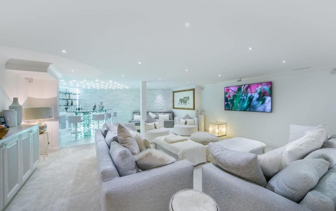 Kings-avenue-courchevel-jacuzzi-hammam-swimming-pool-childfriendly-parking-boot-heaters-fireplace-bar-lounge-massage-room-fitness-room-area-courchevel-027-8