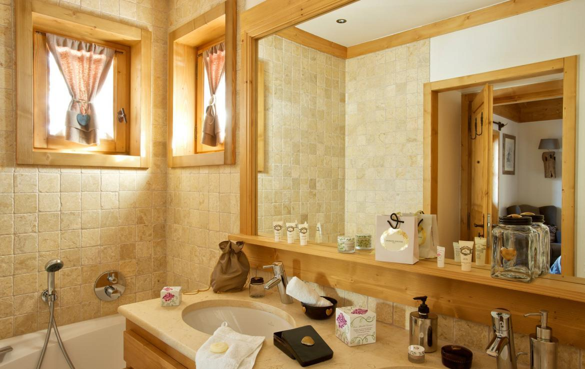 Kings-avenue-courchevel-sauna-jacuzzi-hammam-childfriendly-parking-kids-playroom-boot-heaters-fireplace-ski-in-ski-out-garden-terrace-bar-area-courchevel-moriond-006-12