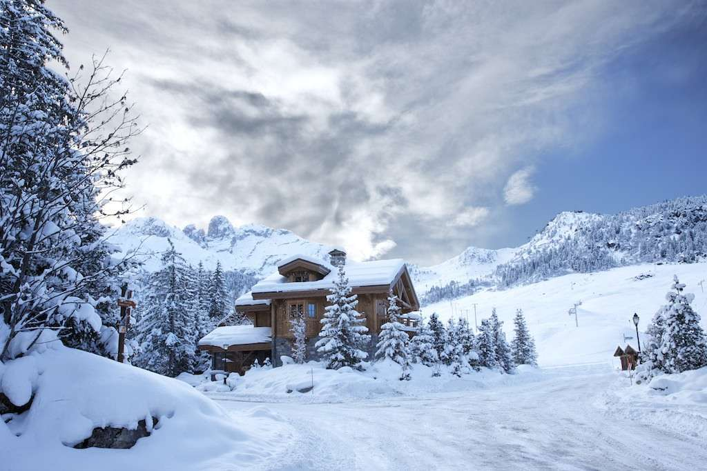 Kings-avenue-courchevel-sauna-jacuzzi-hammam-childfriendly-parking-kids-playroom-boot-heaters-fireplace-ski-in-ski-out-garden-terrace-bar-area-courchevel-moriond-006-2