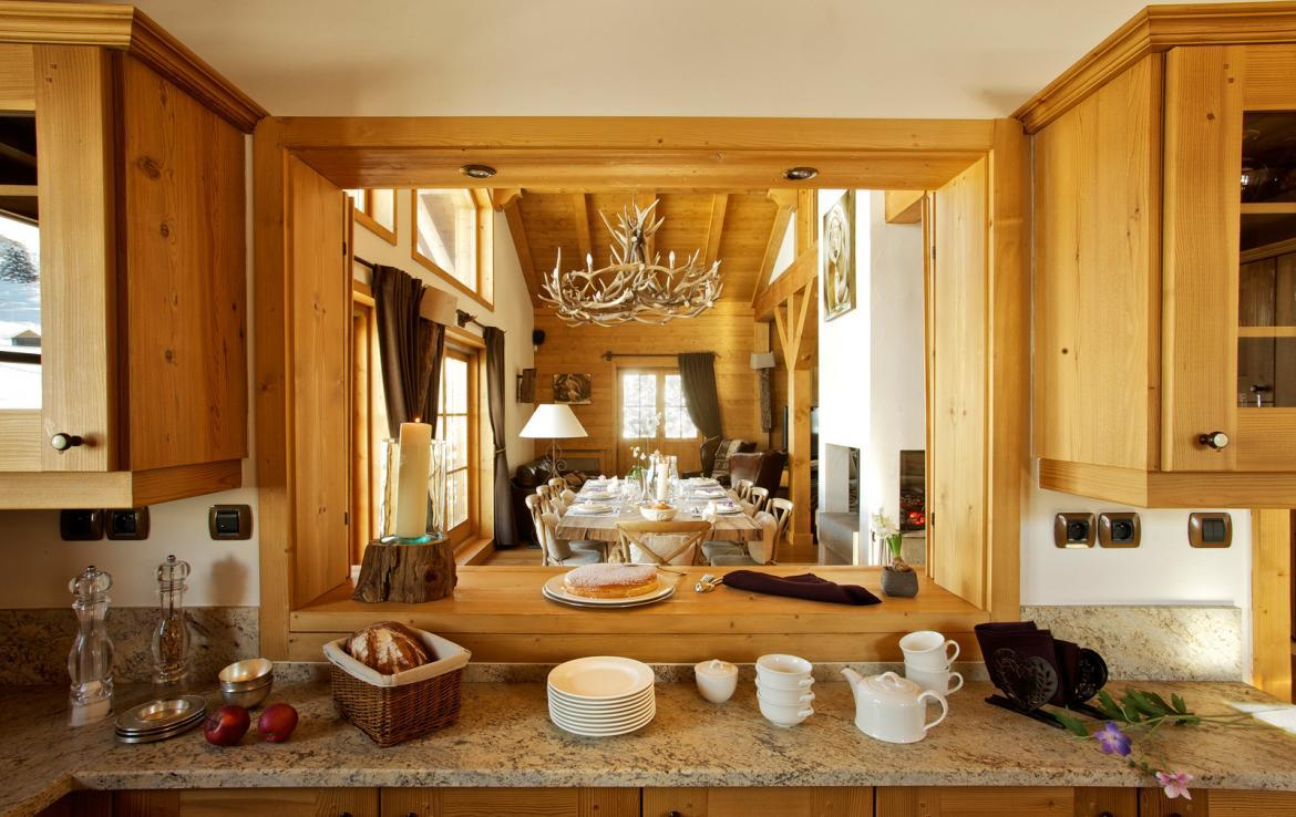 Kings-avenue-courchevel-sauna-jacuzzi-hammam-childfriendly-parking-kids-playroom-boot-heaters-fireplace-ski-in-ski-out-garden-terrace-bar-area-courchevel-moriond-006-9