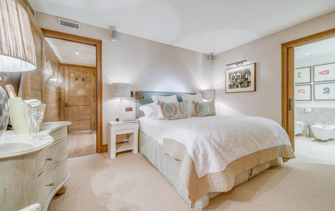 Kings-avenue-courchevel-sauna-jacuzzi-hammam-swimming-pool-childfriendly-parking-gym-boot-heaters-fireplace-ski-in-ski-out-massage-room-terrace-area-courchevel-022-12