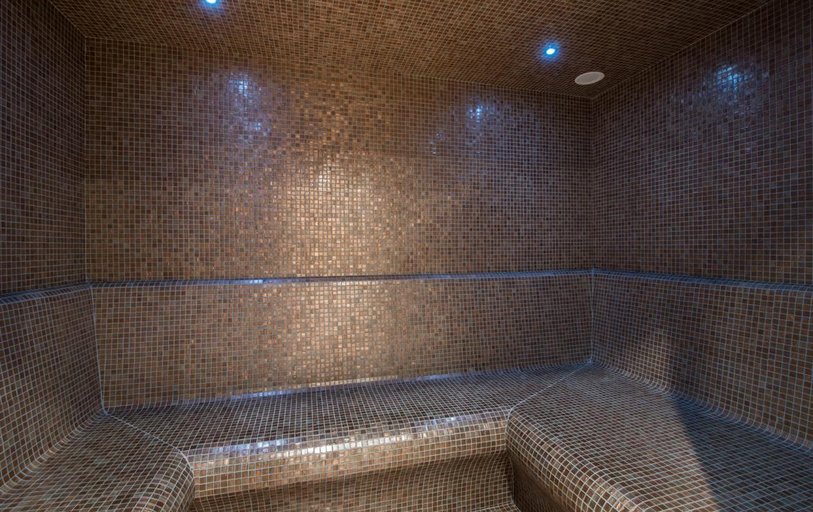 Kings-avenue-gourchevel-moriond-jacuzzi-hammam-childfriendly-parking-gym-boot-heaters-fireplace-massage-room-cinema-room-lounge-area-area-gourchevel-moriond-008-17