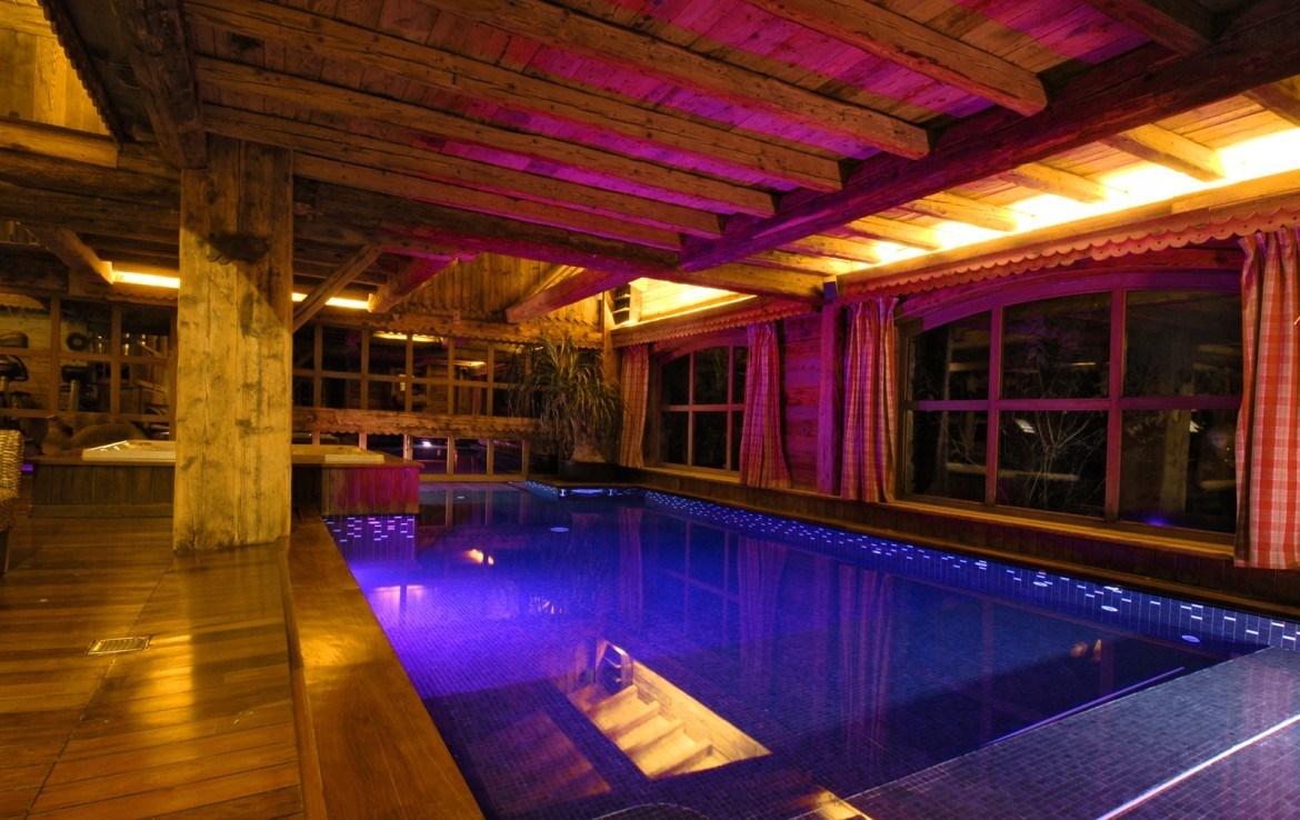 Kings-avenue-mégeve-snow-sauna-jacuzzi-hammam-swimming-pool-childfriendly-parking-cinema-childfriendly-games-room-gym-boot-heaters-fireplace-ski-in-area-mégeve-003-6
