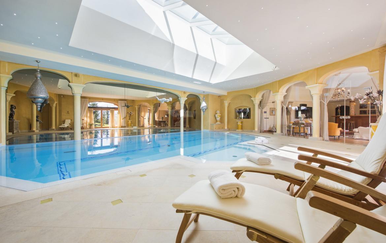 Kings-avenue-verbier-hammam-swimming-pool-childfriendly-parking-cinema-fireplace-wine-cellar-pool-bar-seating-area-verbier-005-13
