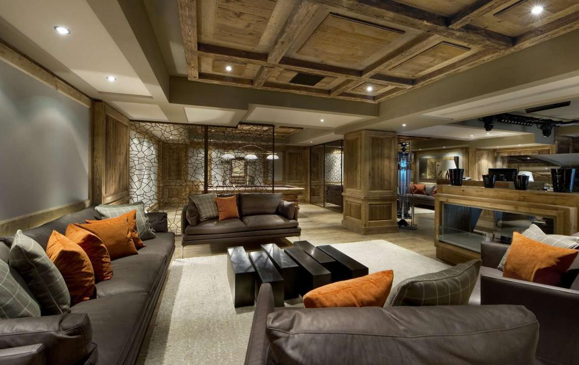kings-avenue-luxury-chalet-courchevel-001-relaxation-area-with-bar-area