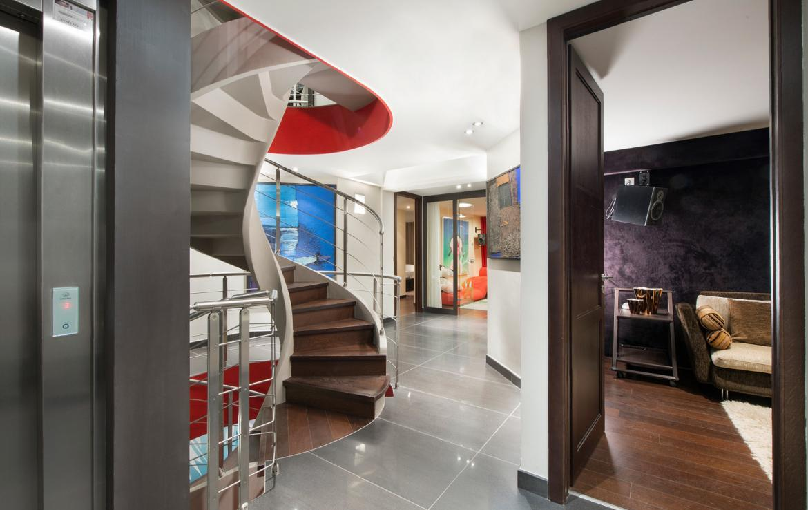 kings-avenue-luxury-chalet-courchevel-003-stairs-elevator-and-bedroom