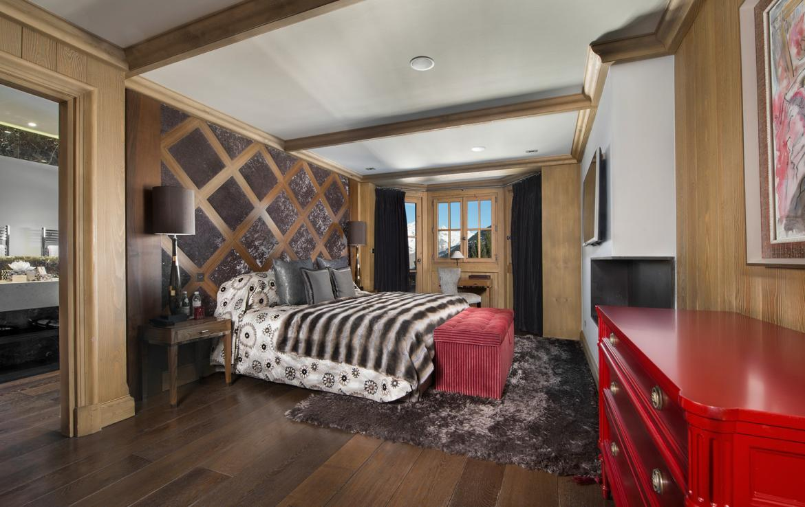 kings-avenue-luxury-chalet-courchevel-004-master-bedroom-with-tv-and-mountain-views
