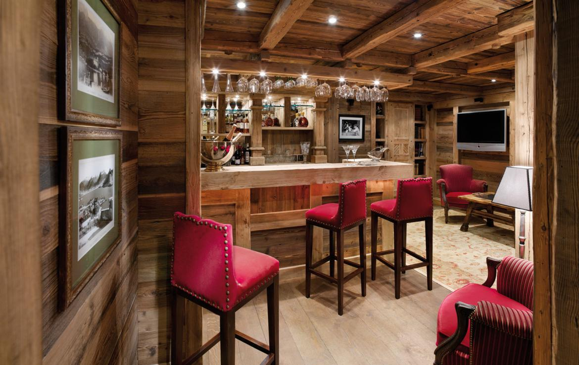 kings-avenue-luxury-chalet-courchevel-005-bar-area-with-tv