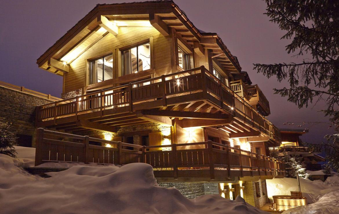 kings-avenue-luxury-chalet-courchevel-008-exterior-view-by-night