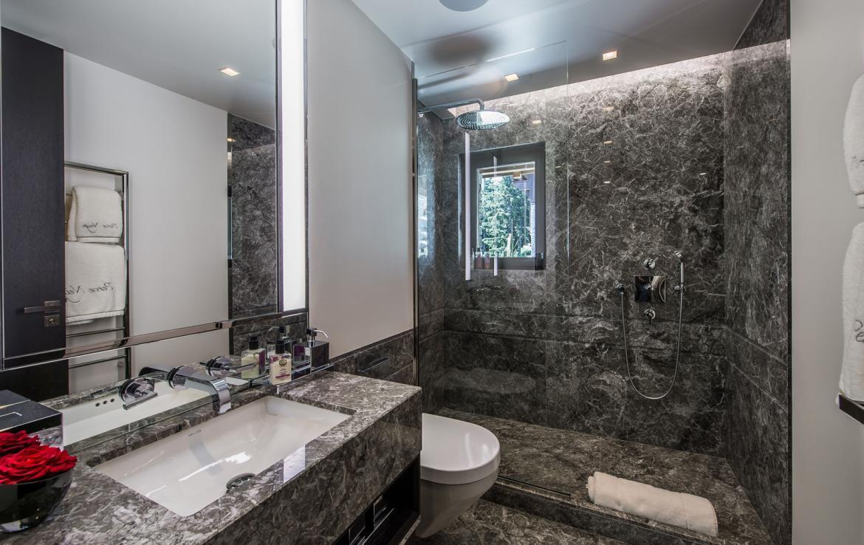 kings-avenue-luxury-chalet-courchevel-008-luxury-bathroom