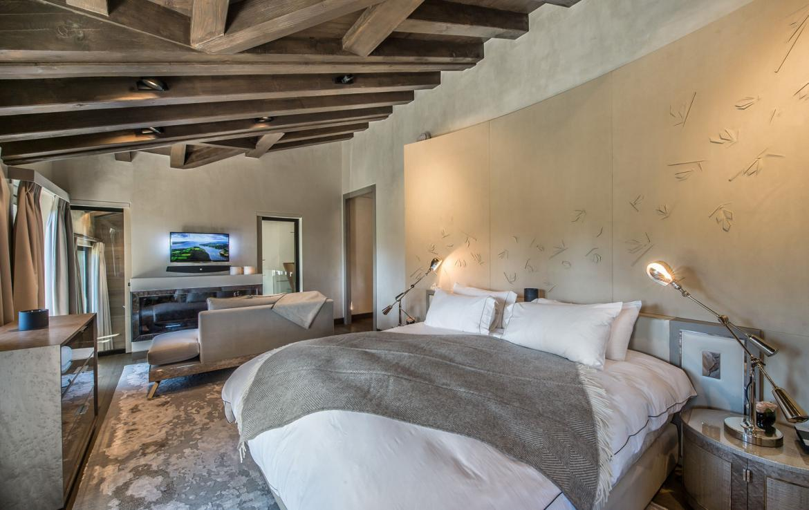 kings-avenue-luxury-chalet-courchevel-008-master-bedroom