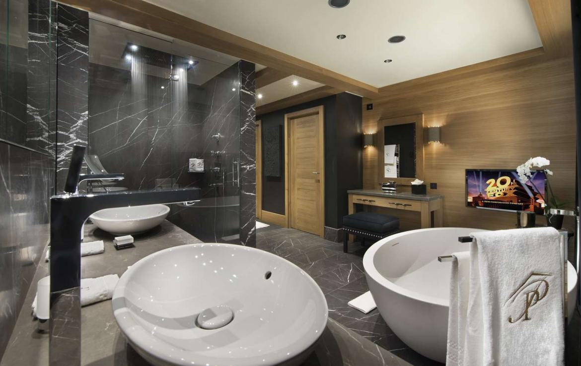 kings-avenue-luxury-chalet-courchevel-009-bathroom-with-tv