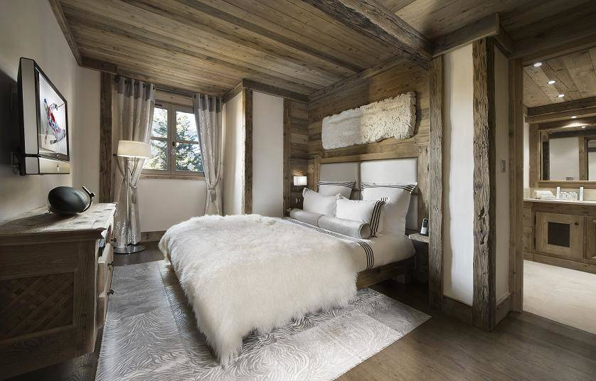 kings-avenue-luxury-chalet-courchevel-010-bedroom-with-bathroom-and-tv