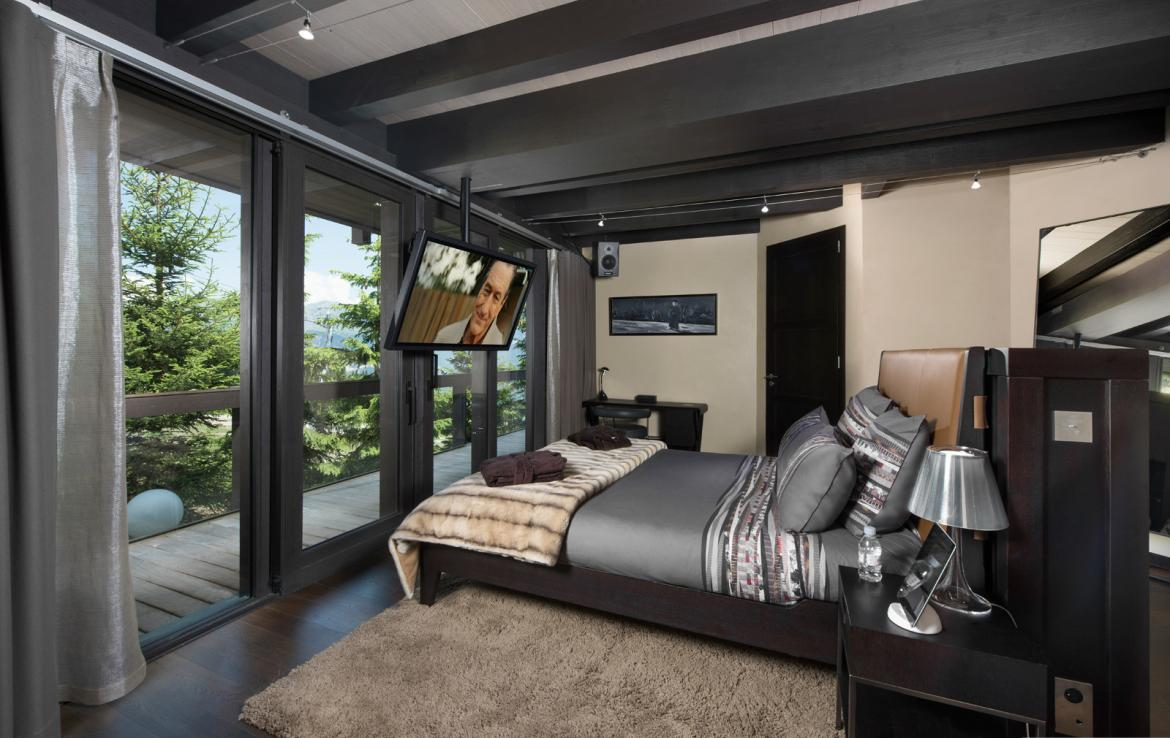 kings-avenue-luxury-chalet-courchevel-003-bedroom-with-tv-and-mountain-views