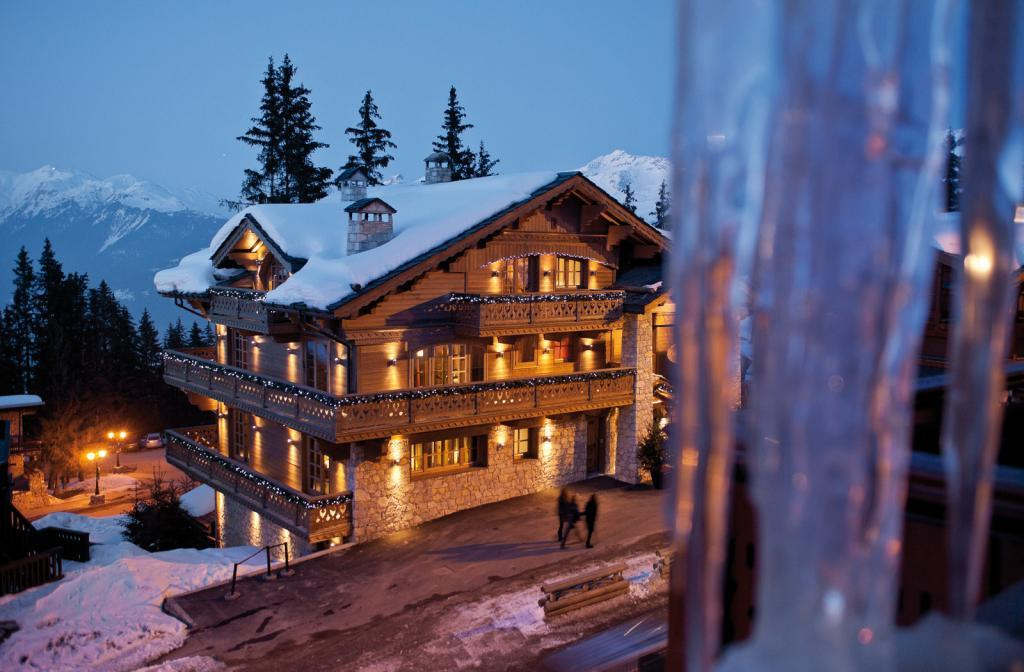 kings-avenue-luxury-chalet-courchevel-005-front-view-exterior-snow-mountain-view-by-night