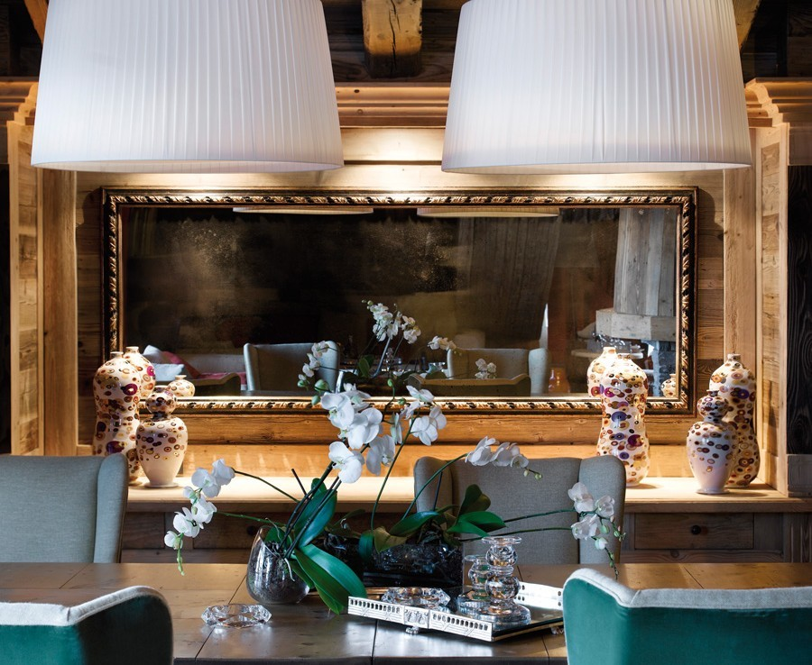 kings-avenue-luxury-chalet-courchevel-005-livingroom-table-with-mirror