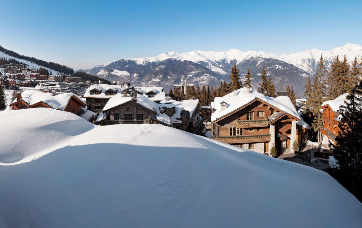 kings-avenue-luxury-chalet-courchevel-005-side-view-snow-with-blue-sky