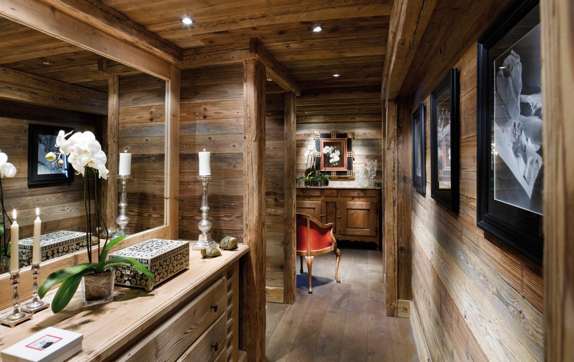 kings-avenue-luxury-chalet-courchevel-005-wooden-hall-with-mirror