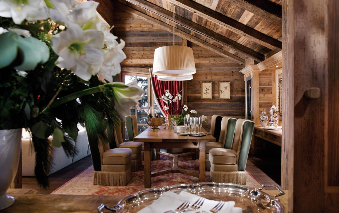 kings-avenue-luxury-chalet-courchevel-005-wooden-living-room-with-dining-table