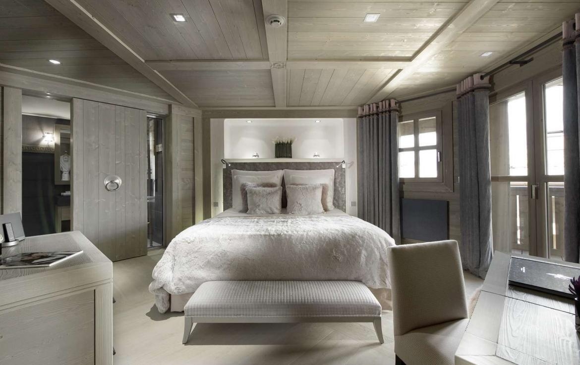 kings-avenue-luxury-chalet-courchevel-007-front-view-bedroom-with-balcony